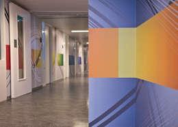 Paredes y pisos de estilo moderno por Workingbert