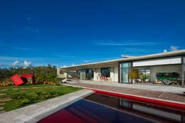 Casa JE: Piscinas modernas por Humberto Hermeto