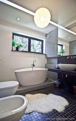 """Mieszkanie """"D"""": styl , w kategorii Łazienka zaprojektowany przez PRACOWNIA PROJEKTOWA JAGANNA"""