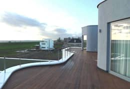 villa Almere Overgooi, terras tuinzijde:  Terras door Florian Eckardt - architectinamsterdam