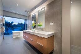 Baños de estilo industrial por D-Max Photography