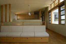 東中沢の家: 環境創作室杉が手掛けたリビングです。