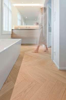 Visgraat in de badkamer: moderne Badkamer door Nobel flooring