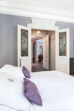 Visite privée d'un appartement haussmannien: Chambre de style de style Classique par Sandrine RIVIERE Photographie