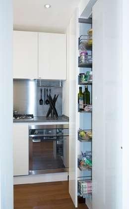 cucina: Cucina in stile in stile Moderno di gk architetti  (Carlo Andrea Gorelli+Keiko Kondo)