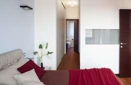 Particolare cabina armadio passante: Camera da letto in stile in stile Moderno di gk architetti  (Carlo Andrea Gorelli+Keiko Kondo)