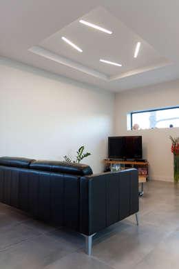 Vue du salon: Maisons de style de style Moderne par Kaboom Architecture