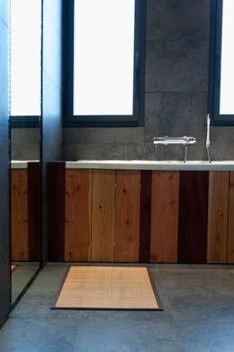 Tablier de la baignoire réalisé avec différents bois de récupération du chantier: Maisons de style de style Moderne par Kaboom Architecture