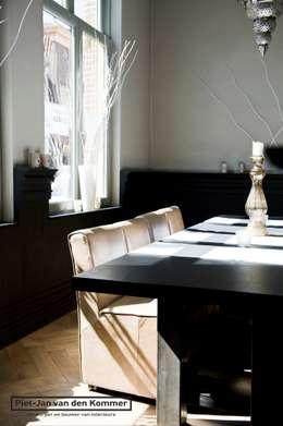 Tafel met stoelen: moderne Eetkamer door Piet-Jan van den Kommer