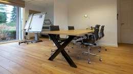Tafel op maat gemaakt: moderne Studeerkamer/kantoor door Antonisseninterieurbouw