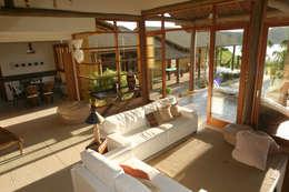 tropische Woonkamer door Mascarenhas Arquitetos Associados