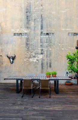TERRAZA NAHARRO SHOWROOM: Balcones y terrazas de estilo  de Naharro