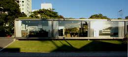 Espacios comerciales de estilo  por JOBIM CARLEVARO arquitetos