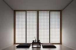 침실 목재 창호: ARCHITECT GROUP CAAN의  창문
