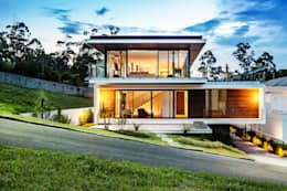 Casas de estilo moderno por JOBIM CARLEVARO arquitetos