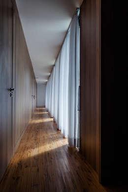 Pasillos y vestíbulos de estilo  por JOBIM CARLEVARO arquitetos