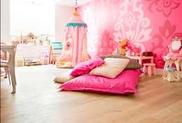 Houten vloer in prinsessenkamer: moderne Kinderkamer door BVO Vloeren