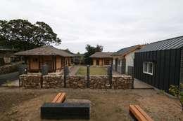 서측면 외부돌담 : 201 Architects의  주택