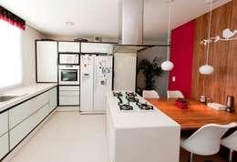 PROJETO ARQUITETÔNICO INTERIOR DA RESIDÊNCIA ZIMATH (Fotos: Lio Simas): Cozinhas ecléticas por ArchDesign STUDIO