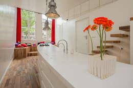 De keuken en de borrelhoek: moderne Keuken door CUBE architecten