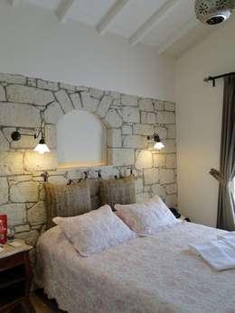 Tuncer Sezgin İç Mimarlık – Yu-Ga Otel-Alaçatı İZMİR: akdeniz tarzı tarz Yatak Odası