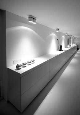 Meubel als verbinding tussen eetplaats en keuken.: minimalistische Eetkamer door aHa-architecten gcv