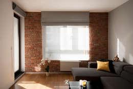Cegła w mieszkaniu: styl , w kategorii Salon zaprojektowany przez Za murami za dachami