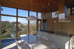 ダイニング・キッチン: 株式会社横山浩介建築設計事務所が手掛けたダイニングです。