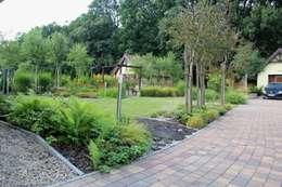 Widok na ogród od podjazdu do garażu: styl , w kategorii  zaprojektowany przez Garden Idea - Projektowanie Ogrodów