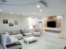 Salones de estilo minimalista de Emre Urasoğlu İç Mimarlık Tasarım Ltd.Şti.