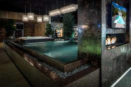 Overloop zwembad uitvoering glasmozaïek en Starlike bronsvoeg  (openhaard): moderne Badkamer door Keramix