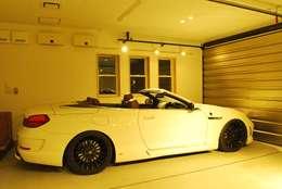 modern Garage/shed by 西川真悟建築設計