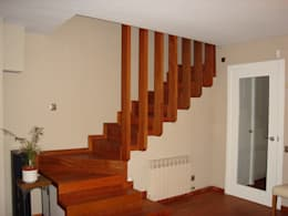 Pasillos, vestíbulos y escaleras  de estilo  por DEKMAK interiores