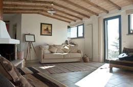 Casa al lago: Case in stile in stile Rustico di ARCHolic