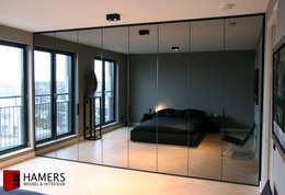 Wardrobe: moderne Slaapkamer door Hamers Meubel & Interieur