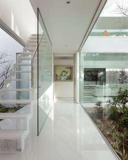 Pasillos y vestíbulos de estilo  por Mアーキテクツ 高級邸宅 豪邸 注文住宅 別荘建築 LUXURY HOUSES   M-architects