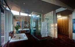 Salle de bains de style  par Nico Van Der Meulen Architects
