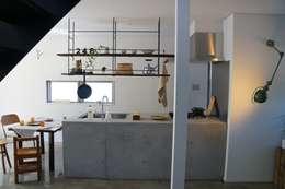 Cocinas de estilo industrial por さくま建築設計事務所