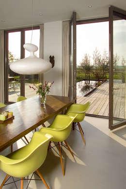 villa Loenen aan de Vecht: moderne Eetkamer door paul seuntjens architectuur en interieur