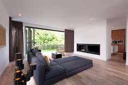 Villa Amsterdam Zuid: moderne Woonkamer door paul seuntjens architectuur en interieur