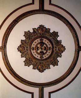 Het gerestaureerde plafond eetkamer: eclectische Eetkamer door ABC-Idee