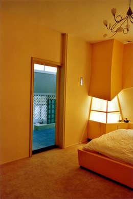 Vanuit slaapkamer naar badkamer: moderne Slaapkamer door ABC-Idee