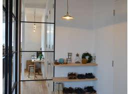 Pasillos y vestíbulos de estilo  por tsuboi design workshop
