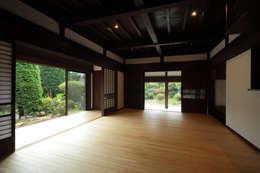 築120年、日本の古民家再生: ㈱カナザワ建築設計事務所/KANAZAWA Architects Design Officeが手掛けたリビングです。