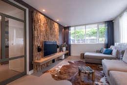 Salas / recibidores de estilo escandinavo por Wonderwall Studios