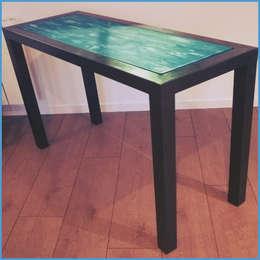 Console métallique minimaliste à plateau patiné, création Hewel mobilier: Salle à manger de style de style Minimaliste par Hewel mobilier