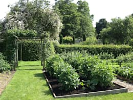 Vegetable garden: country Garden by Roeder Landscape Design Ltd