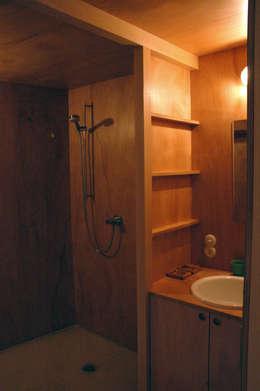 Salle de bains de style  par Pini&Sträuli Architects