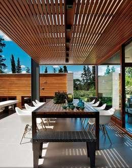Balcones y terrazas de estilo industrial por LUZIO