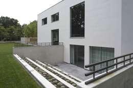 Guesthouse met spa en welness: minimalistische Huizen door KleurInKleur interieur & architectuur